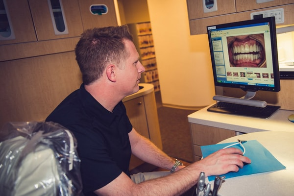 Dr. Duncan using the latest CEREC technology in his Kennesaw dental practice